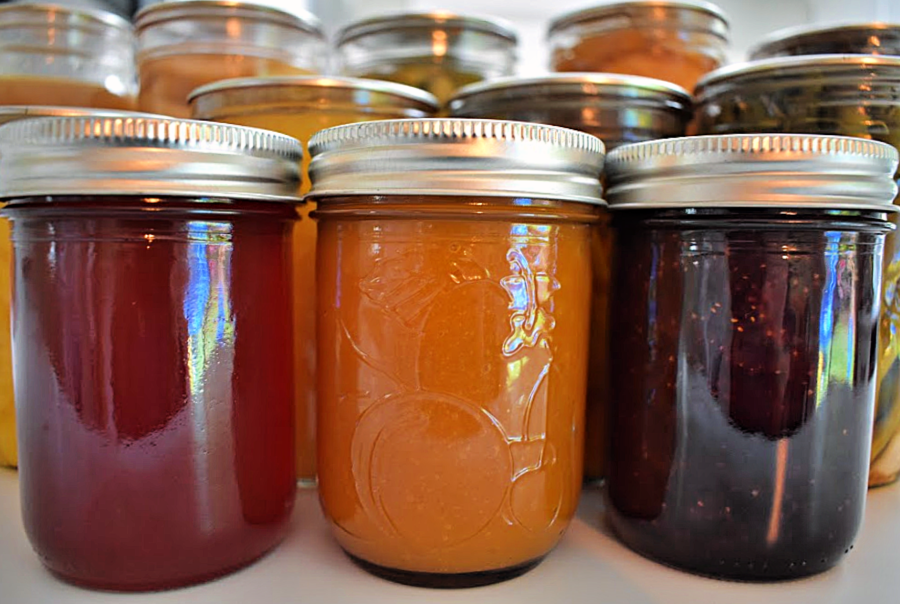 Canning season is in full swing, but before you get started stuffing food into jars, here are six important canning safety rules you must always follow to ensure a safe finished product. #canningsafety #homecanning #howtocanfood #preservingfood