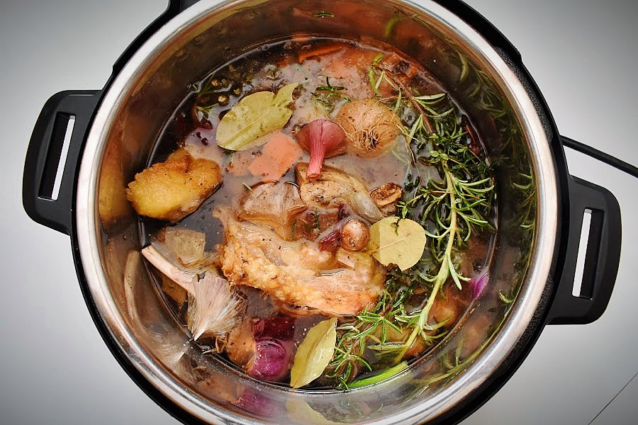 Learning how to can homemade broth or stock at home can save you time and money. Plus, homemade broth is healthier and more flavourful! Learn how to make and can your own chicken, beef or vegetable broth and always have this versatile ingredient ready to go on your pantry shelves! #homemadebroth #howtocanbonebroth #howtocanbroth